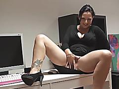 Geile mother I'd like to fuck fingert sich am Schreibtisch ab