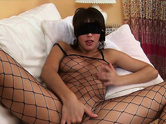 Blindfolded dark brown in a fishnet bodysuit fingers her cookie to big O