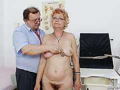 Spoiled granny Bety receives her beaver pounded with fingers