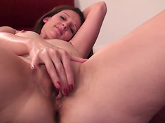Brünette in ihren Vierzigern Tiffany Owens masturbiert auf dem Rücken threatening-menacing PornDoe