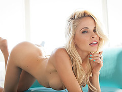Golden-Haired beauty is not afraid to show her astonishing body