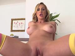 Belle blond aux gros seins Brett Rossi suce Manuel Ferrara et le chevauche threatening-menacing PornDoe