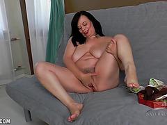 Luscious hottie rubs her warm twat