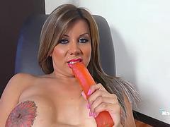 Naomi Chi bonks her gazoo with a sextoy