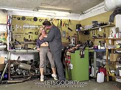 Mechaniker schraibt an geiler blondine rum