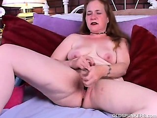 Porno Video of Mature Amateur Fucks Her Wet Pussy