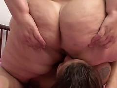 two gorditas flatulando na cara da rapariga