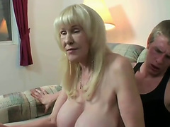 Abuela se sienta en la verga y fuma como una puta