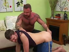 Papa muscl dfonce un garon sans protection et tire une grosse dcharge