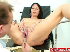 Slim cougar Magda squirts liquid out her pussy
